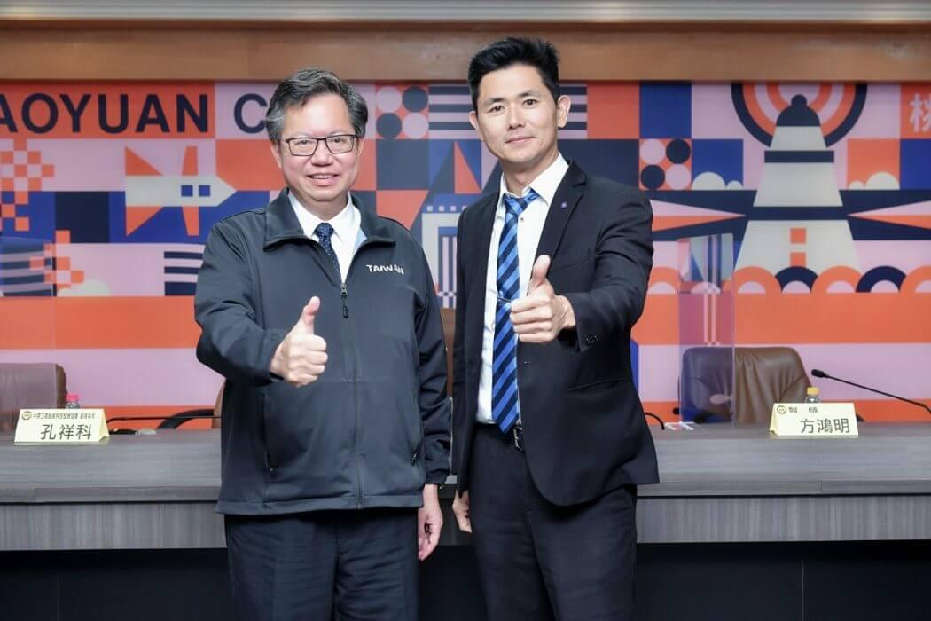 婕樂纖創辦人呂世博(右)蒞臨桃園市政府,與桃園市長鄭文燦(左)合影。