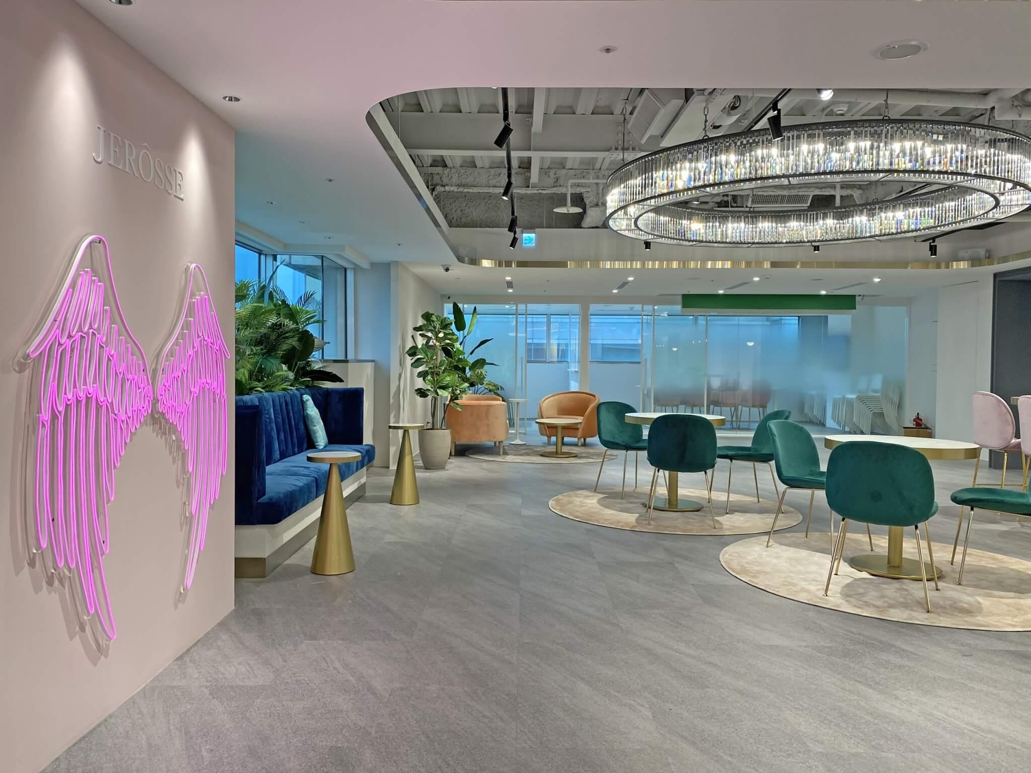 婕樂纖培訓總部空間寬敞羽毛網美打卡牆你就是焦點