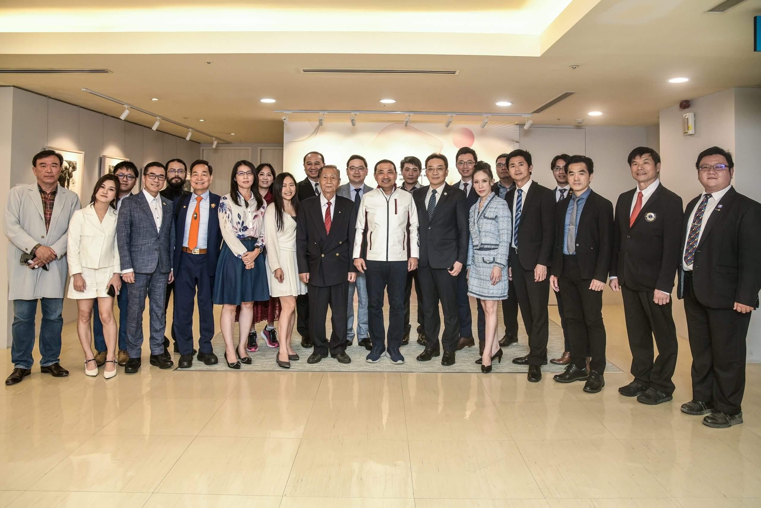 ▲華人公益金傳獎得獎企業拜訪新北市政府,受邀企業主與侯友宜市長合影。